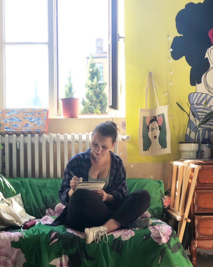 Laetitia, fondatrice de l'agence artistique Mona Craft dans l'atelier de la peintre Florina Aledo